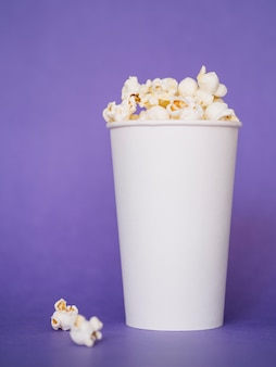 Close-up smaczne pudełko popcornu gotowe do podania