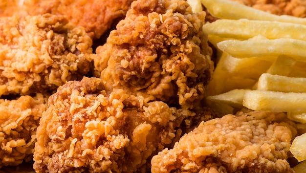 Close-up smażone skrzydełka z kurczaka z frytkami