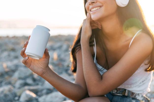 Close-up smiley girl sobie słuchawki