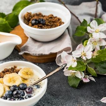 Close-up śniadaniowe miski z muesli i owocami
