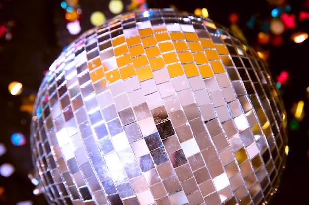 Close-up srebrna kula na imprezę w nowy rok