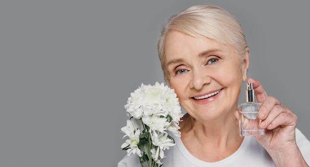 Close-up starsza kobieta z kopiowaniem przestrzeni