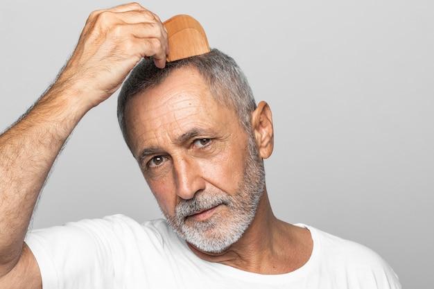 Close-up starszy mężczyzna pozowanie