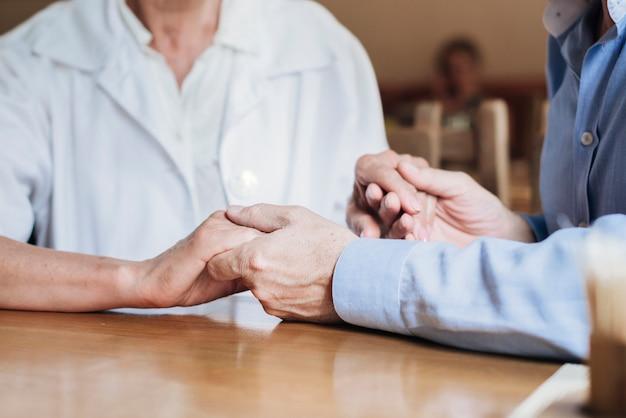 Close-up starych ludzi trzymających się za ręce