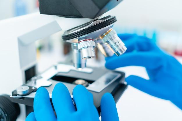 Close-up strzał mikroskopu z metalową soczewką w laboratorium.