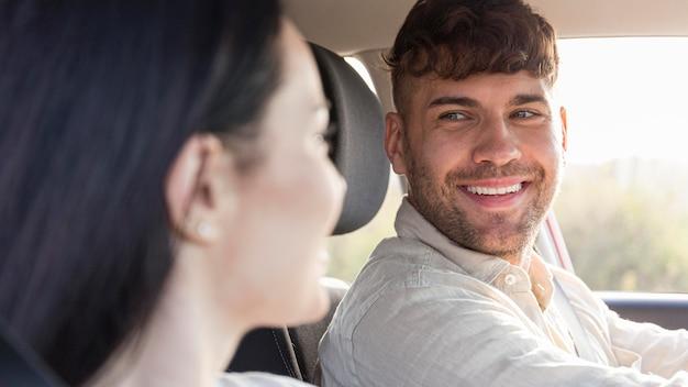 Close-up szczęśliwa para patrząc na siebie