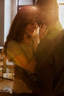Close-up szczęśliwa para w domu