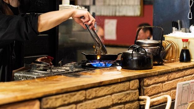 Close-up szef kuchni przygotowuje tradycyjne japońskie potrawy