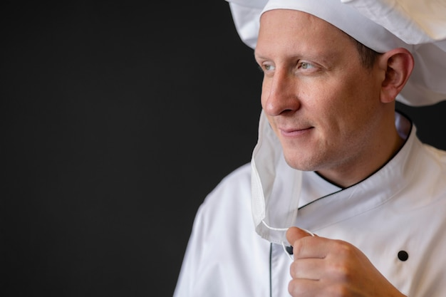 Close-up szef kuchni z medyczną maską