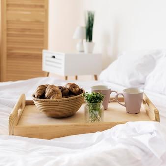 Close-up taca ze śniadaniem na łóżku