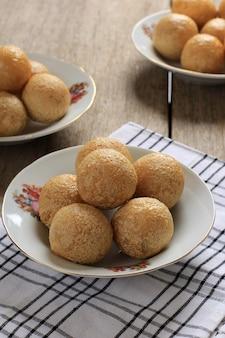 Close up tahu bulat (okrągłe tofu), ulubione danie indonezji, smażone w głębokim tłuszczu i doprawione przyprawą w proszku. podawane w talerzu ceramicznym