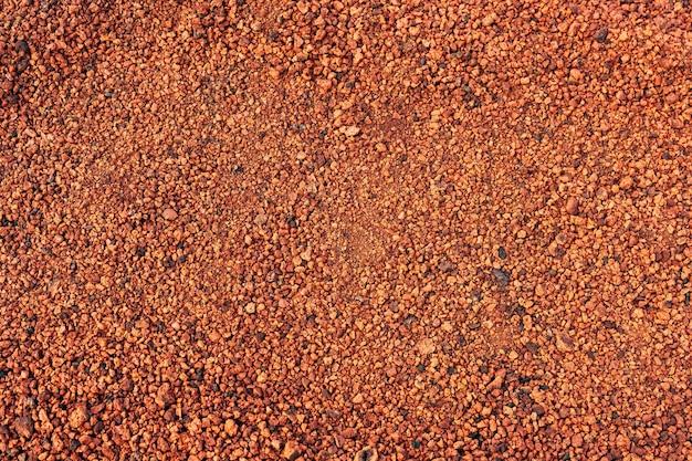Close-up tekstury czerwono-pomarańczowej gleby w islandii