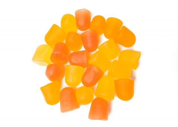 Close-up tekstury pomarańczowych i żółtych żelków multiwitaminowych. pojęcie zdrowego stylu życia.