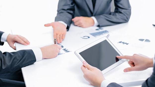 Close up.the biznesmen używa cyfrowego tabletu, aby znaleźć partners.business concept