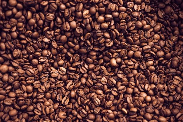 Close-up tle brązowych palonych ziaren kawy