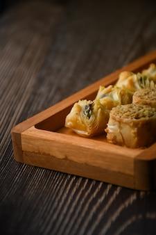 Close up turecka baklava słodkie ciasto na drewnianej tacy tradycyjne desery z turcji tapeta hd