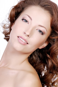 Close-up twarz młodej kobiety z dobrą cerą twarzy
