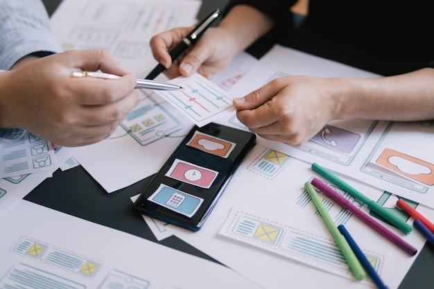 Close-up ui ux designer spotkanie prototyp aplikacji web smartphone układ