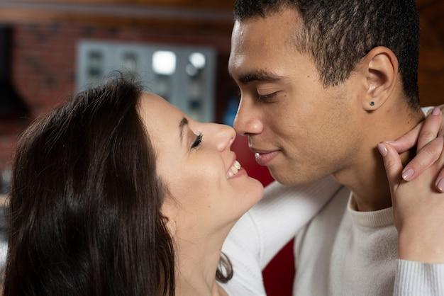 Close-up urocza para zakochanych