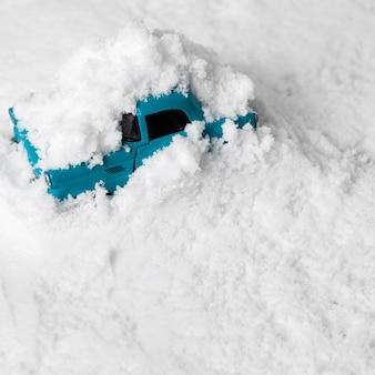 Close-up widok autko w śniegu