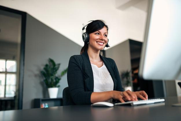 Close-up wizerunek szczęśliwa kobieta z słuchawki.