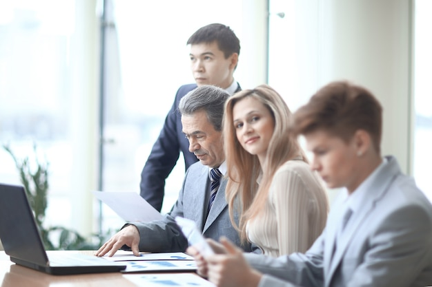 Close up.young biznes kobieta i zespoły biznesowe w miejscu pracy w biurze.