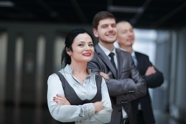 Close up.young biznes kobieta na tle jej kolegów