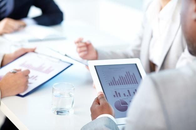 Close-up z cyfrowym tablecie w spotkaniu