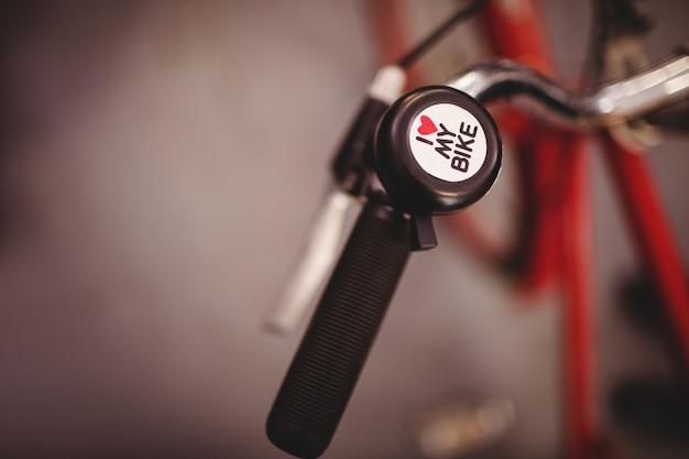 Close-up z dzwonkiem rowerowym