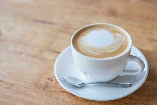 Close-up z filiżanką kawy z łyżeczką