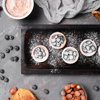 Close-up z jagodami deser i kawa
