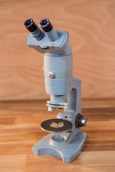 Close-up z mikroskopem na stole