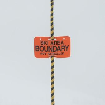 Close-up z obszaru narciarskiego znak granicy, whistler, british columbia, kanada