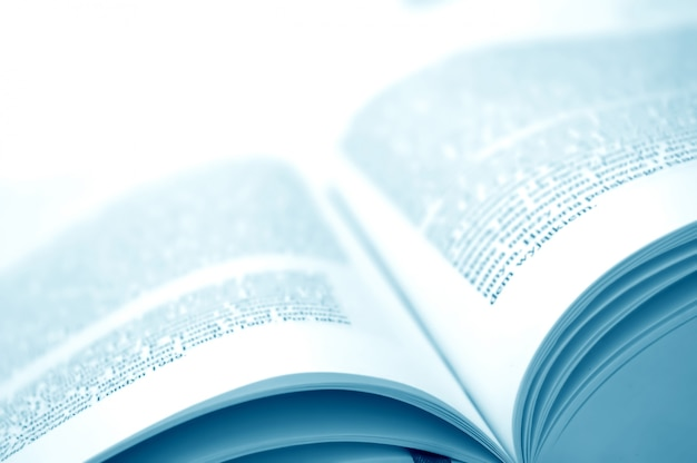 Close-up z otwartej książki z tekstem