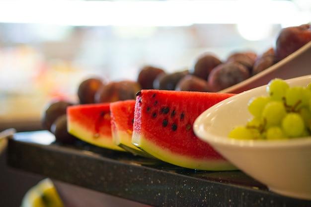 Close-up z plasterków arbuza i winogron