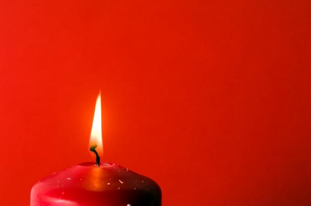 Close-up z płomieniem świecy