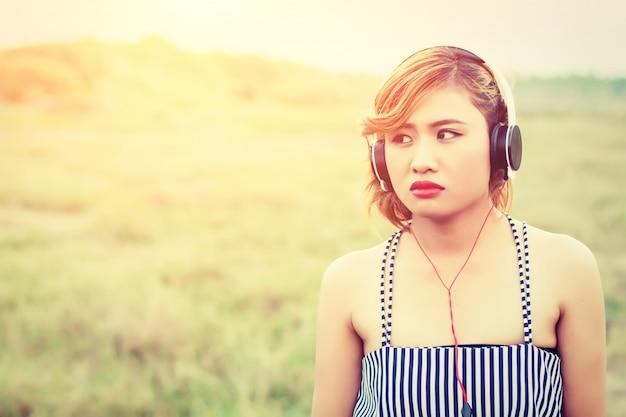 Close-up z poważną dziewczynę ze słuchawkami
