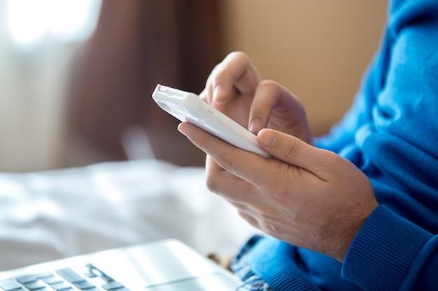 Close-up z rąk za pomocą smartfona