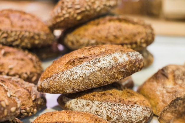 Close-up z rustics świeżo upieczone chleby