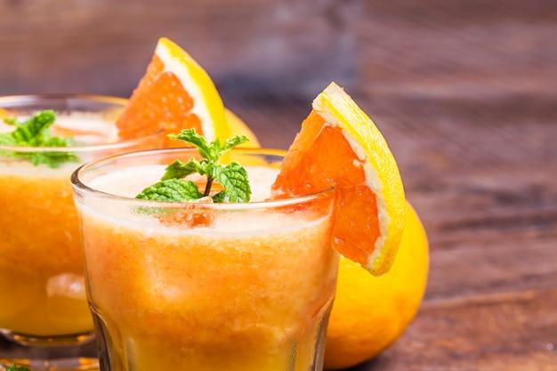 Close-up z sokiem pomarańczowym ozdobione aromatycznego zioła