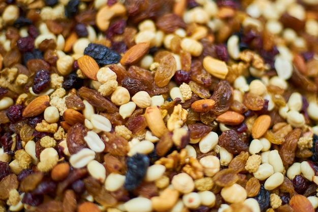 Close-up z suszonych owoców i orzechów