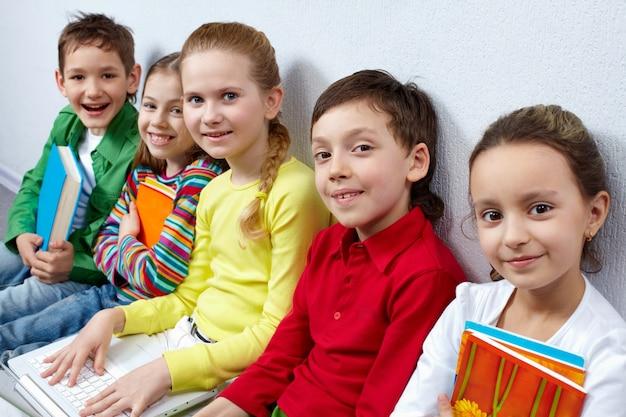 Close-up z uśmiechem elementarnych studentów