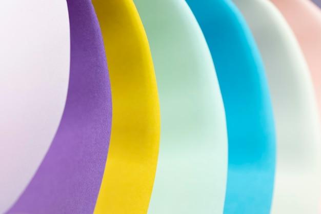 Close-up zakrzywione warstwy kolorowych papierów