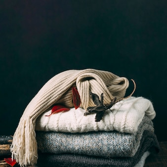 Close-up zimowe swetry z liśćmi