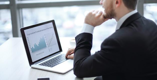 Closeupmodern biznesmen pracuje na laptopie w biurze