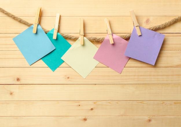 Clothespin wiszące z czystym papierze na drewniane