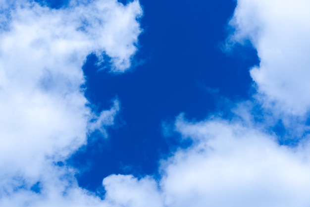 Cloudscapes na niebieskim tle nieba