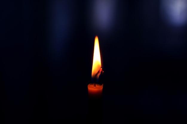 Clouse-up świecy w ciemnym pokoju. wysokiej jakości zdjęcie