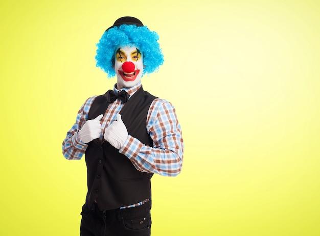Clown chwytając kurtkę