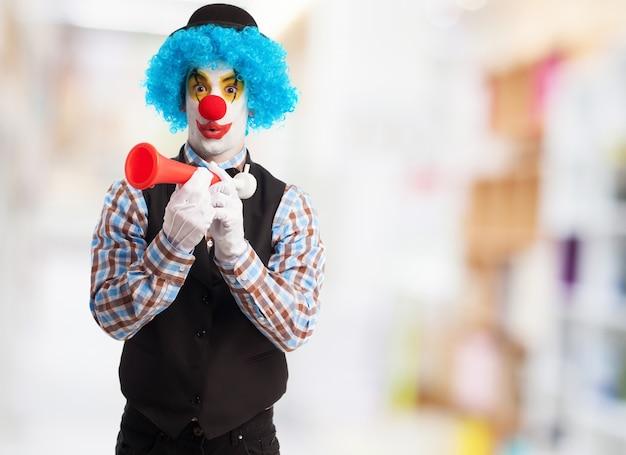 Clown z czerwonym róg